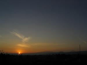El sol al amenecer surgiendo del cerro Papallo, visto desde el Xochitepec. Foto del autor.